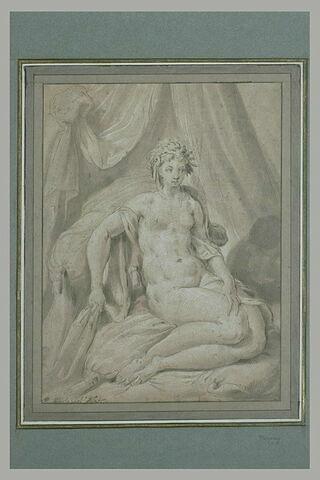 Femme nue, assise sur un lit, des fleurs dans les cheveux