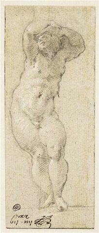 Un enfant debout, nu, deux bras relevés