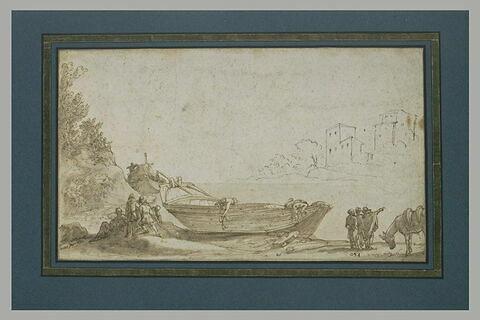 Hommes réparant une barque, au bord d'une rivière