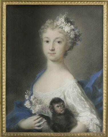 Portrait de jeune fille tenant un singe.