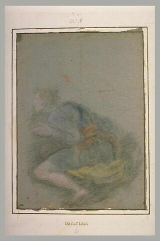 Jeune homme accroupi, tourné vers la gauche, regardant avec attention