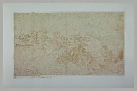 Paysage, avec un petit village en haut d'une colline abrupte
