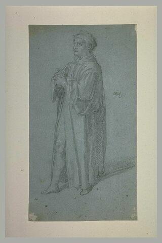 Homme debout, tourné à gauche, bras croisé sur la poitrine