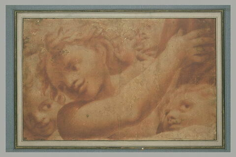 Ephèbe, vu en buste, le bras droit tendu vers la droite et deux autres têtes
