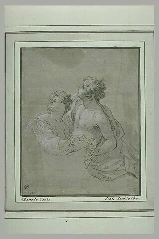 Jeune couple enlacé, en buste, regardant vers le haut
