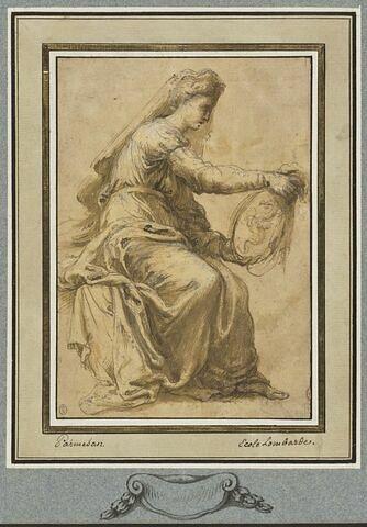 Femme assise, tournée vers la droite, vue de profil et tenant un médaillon
