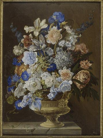 Vase de fleurs en or, posé sur une table de marbre
