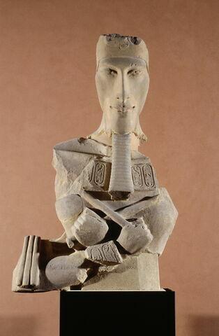vue d'ensemble ; vue en contreplongée ; face, recto, avers, avant © 2003 Musée du Louvre / Georges Poncet