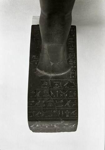 détail inscription ; vue plongeante © Musée du Louvre / Maurice et Pierre Chuzeville