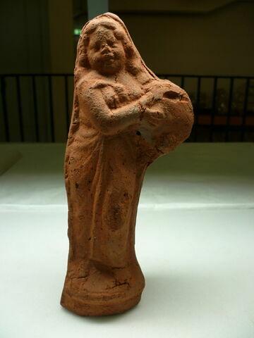 figurine de femme au tambourin