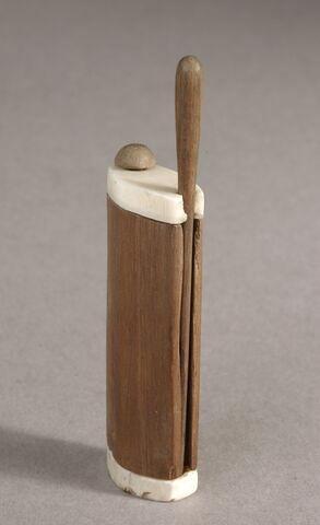 couvercle de boîte pivotant ; bâtonnet à kohol en massue