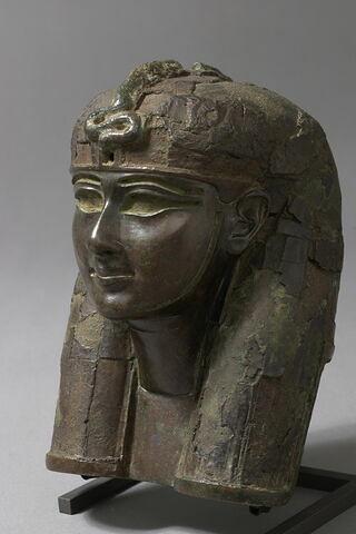 statue  ; élément de meuble  ; barque divine