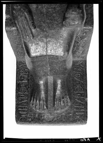 détail inscription ; partie inférieure ; vue de dessus © Musée du Louvre / Maurice et Pierre Chuzeville