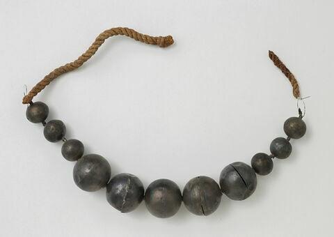 collier ; perle sphérique  ; corde