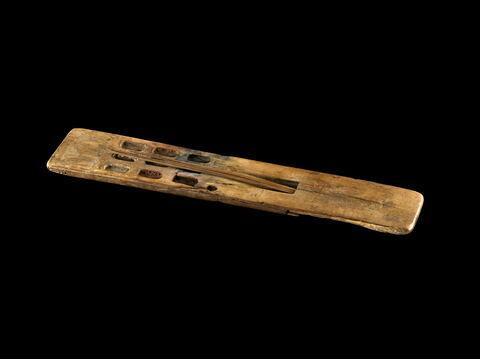 palette de scribe en règle à 9 cupules oblongues ; calame  ; Palette de scribe d'Imenmès