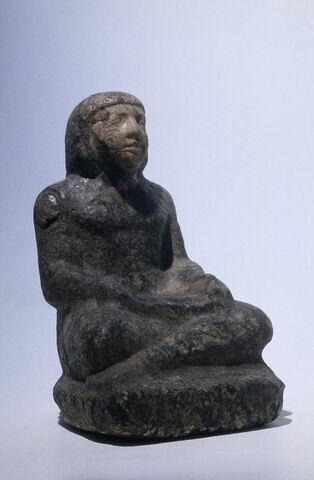 statue de scribe assis en tailleur