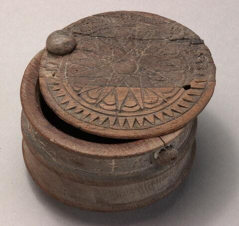 coupe cylindrique cerclée ; boîte à couvercle pivotant