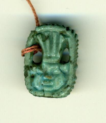 amulette  ; perle en pastille ovale dentelée