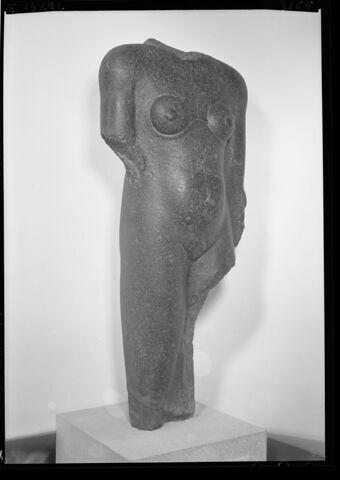 vue d'ensemble ; trois quarts droit © Musée du Louvre / Maurice et Pierre Chuzeville