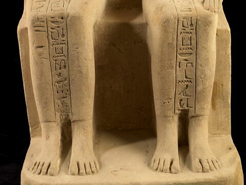 détail inscription ; partie inférieure ; face, recto, avers, avant © 2010 Musée du Louvre / Georges Poncet