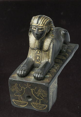 figurine ; élément de meuble  ; serrure