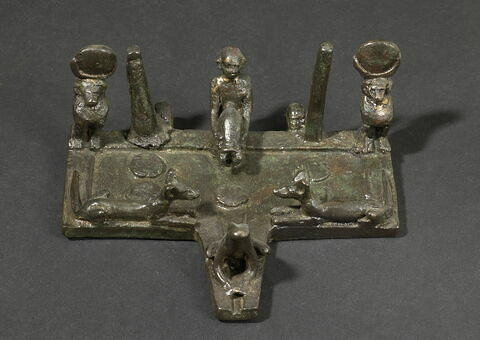 figurine ; table d'offrandes
