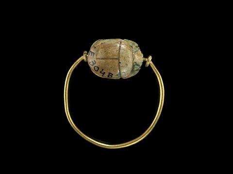 bague en anneau mince ; bague à butées ; scarabée