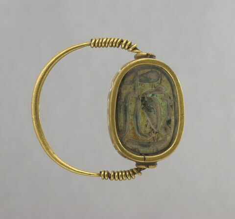 bague à chaton mobile ; bague à chaton cerclé ; bague en anneau à extrémités enroulées ; scarabée