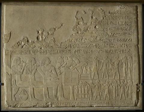 stèle rectangulaire ; relief mural ; bloc de paroi