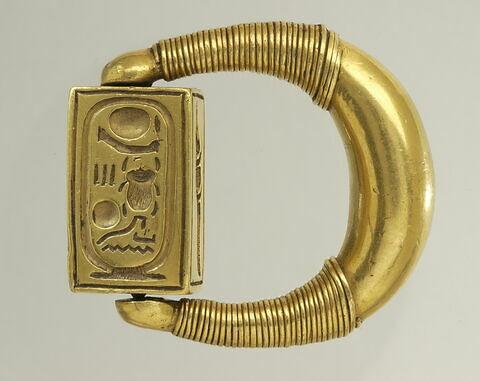 bague à chaton mobile ; bague à chaton rectangulaire ; bague en anneau renflé ; bague à butées ; bague à spirales rapportées