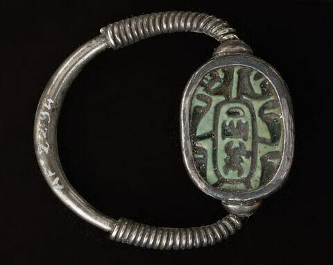 bague à chaton mobile ; bague à chaton cerclé ; bague en anneau renflé ; bague en anneau à extrémités enroulées ; scarabée