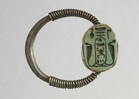 bague à chaton mobile ; bague en anneau renflé ; bague à axe à extrémités enroulées ; scarabée