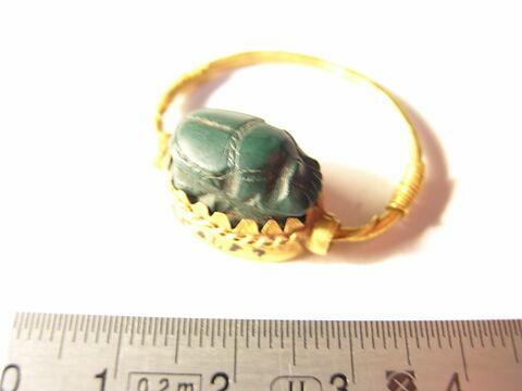 bague à chaton cerclé ; bague à chaton mobile ; bague à spirales rapportées ; scarabée