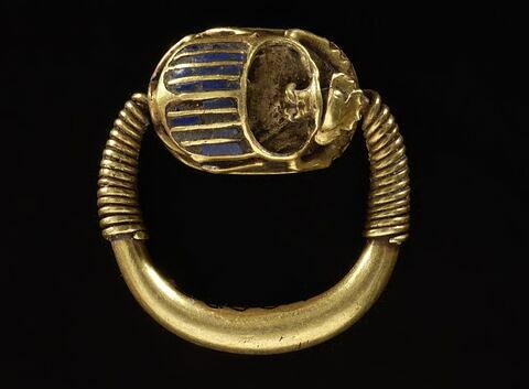 bague à chaton mobile ; bague en anneau à extrémités enroulées ; bague en anneau renflé ; scarabée