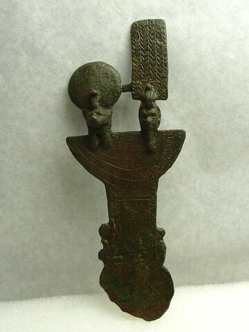 égide et contrepoids de collier rabattu ; égide et contrepoids de collier