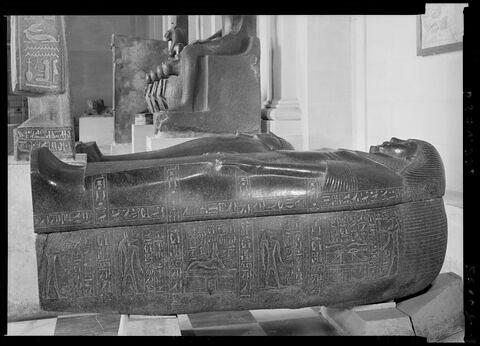 sarcophage en costume des vivants