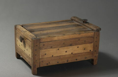 boîte rectangulaire à pieds ; couvercle de boîte pivotant