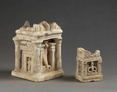 brûle-parfum  ; autel à cornes  ; maquette de maison
