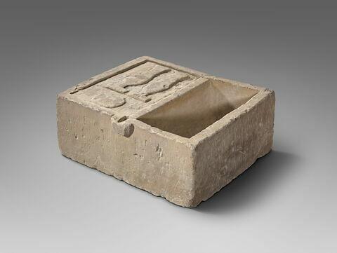 table d'offrandes rectangulaire à bec rectangulaire ; table d'offrandes à 1 bassin ; table d'offrandes à bec creusé