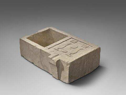 table d'offrandes rectangulaire à bec rectangulaire désaxé ; table d'offrandes à bec creusé ; table d'offrandes à 1 bassin