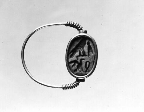 bague en anneau à extrémités enroulées ; bague à chaton mobile ; bague à chaton cerclé ; scarabée