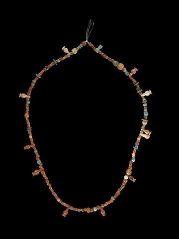 collier à pendentif ; amulette ; perle rondelle ; perle globulaire ; perle irrégulière ; perle en bouteille