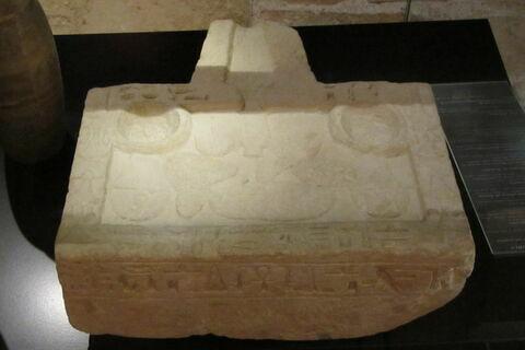 table d'offrandes rectangulaire à bec trapézoïdal ; table d'offrandes à 2 bassins ; table d'offrandes à bec creusé