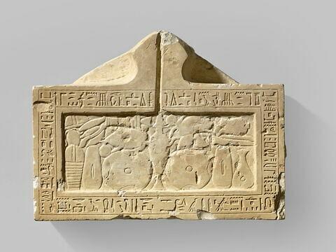 table d'offrandes rectangulaire à bec en pain caréné ; table d'offrandes à bec creusé
