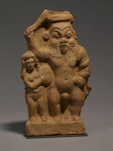 figurine de Bès guerrier ; figurine de femme au tambourin
