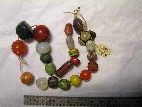 collier ; perle tubulaire  ; perle sphérique