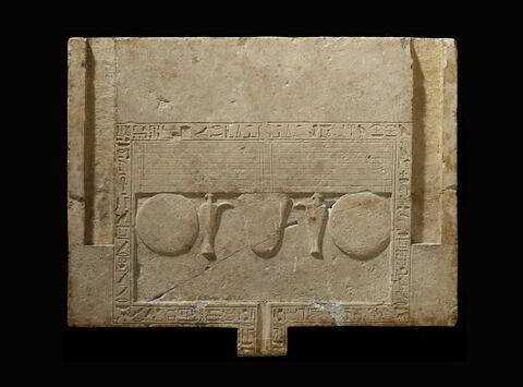 table d'offrandes rectangulaire à bec rectangulaire ; table d'offrandes à bec creusé ; table d'offrandes avec rigole