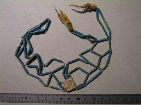 collier à pendentif  ; résille ; perle tubulaire