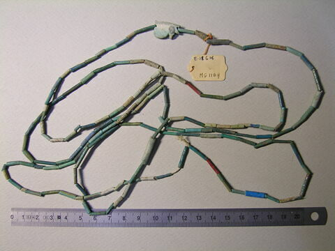 collier à pendentif ; amulette ; perle tubulaire