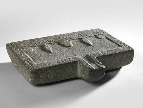 table d'offrandes rectangulaire à bec rectangulaire ; table d'offrandes à bec creusé